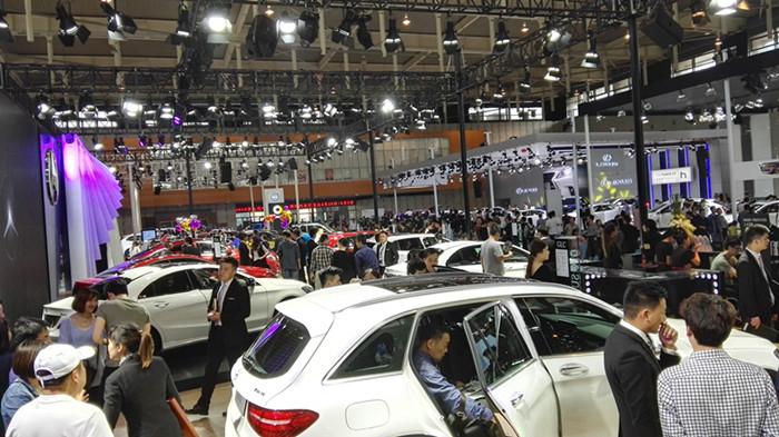"""<p>   2020年第十三屆中國(南京)國際汽車博覽會暨新能源·智能汽車展,將于4月30日-5月4日在南京國際博覽中心(河西)舉辦。<br />   中國(南京)國際汽車博覽會—南京人自己的國際車展!每年五一在南京國際博覽中心舉辦,由中國連鎖車展創領者-尚格會展傾力打造。尚格連鎖車展每年在武漢、南京、鄭州、重慶、濟南、南昌、貴陽、南寧、石家莊等14個全國二三線城市舉辦20余場國際性車展,展出面積超百萬平方米,旗下運營的展會已成為各個城市車市的方向標。<br />   中國(南京)國際汽車博覽會以""""科技、時尚、鉅惠""""為運營核心理念,吸引來自全球的70余汽車品牌參展,涵蓋乘用車、房車、新能源汽車、特種車、商用車,包含德系、美系、法系、日系、韓系以及合資、自主等品牌,參展車型預計將超過1000款,同期將有數十款熱門重磅新車同期亮相。 </p>"""