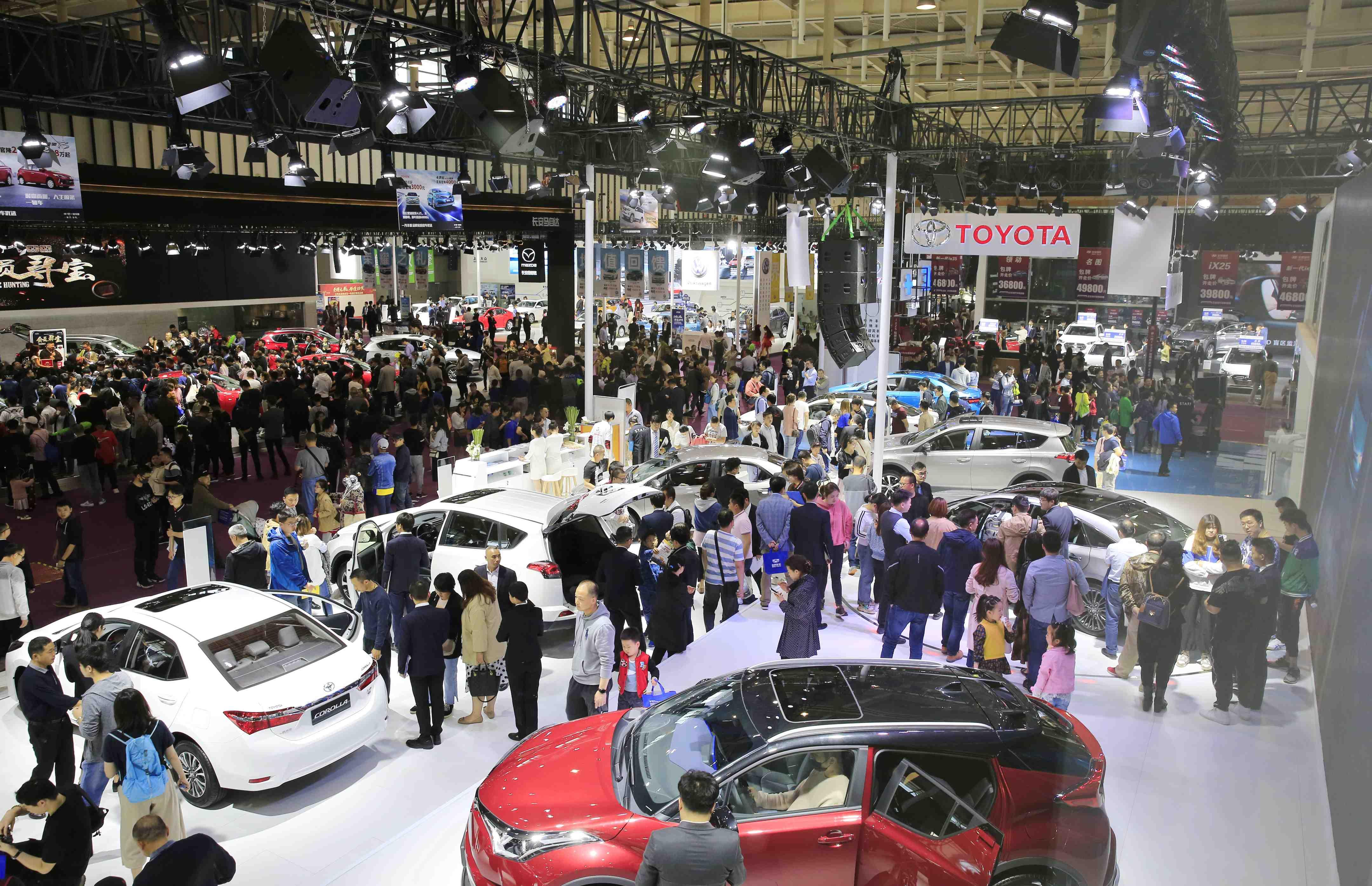 """第十二屆(山東)國際汽車工業博覽會,將于11月8-11日盛大舉行,啟用濟南剛剛落成且目前規模最大的會展中心—山東國際會展中心(西部展館)舉辦,展出面積近3萬平米。屆時,來自全球70余汽車品牌的近1000余款車型將閃亮登場,主流汽車廠商攜旗下全系熱門車型、新車型悉數到場;除傳統燃油車外,新能源及智能網聯汽車、房車、卡車也將以獨立主題展區的形式同步亮相,一場全城聚焦的頂尖車市盛筵即將呈現。<br /> <p> 2019濟南國際車展,秉承""""國際化、專業化、市場化""""的辦展理念和特色,依托尚格會展24年豐富辦展經驗及專業的運營團隊,采用""""新跨界·新運營·新營銷""""創新的全域營銷推廣模式,全力打造一場""""科技、時尚、鉅惠""""于一體的汽車盛會,為車商搭建最聚人氣、最能售車的服務平臺,為市民打造最佳賞車、最惠購車的體驗平臺,成就濟南地區最實惠、最專業、最具影響力的汽車行業盛會。 </p>"""